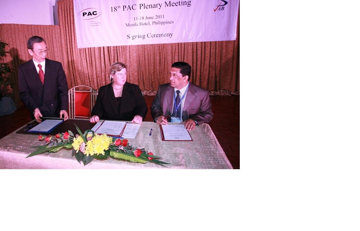 Director General of BAB signing Memorandum of Understanding for PAC Associate membership of BAB in Manila